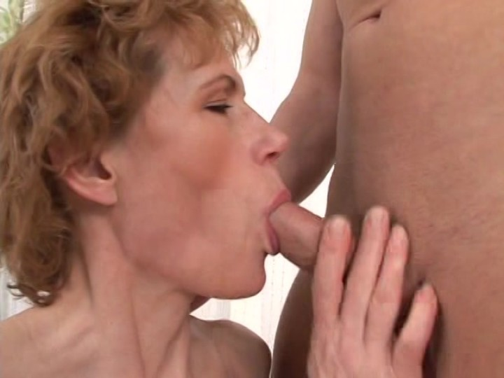 Mature women sucking cock