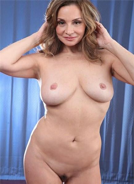 Rebecca Bardoux Bodyshot