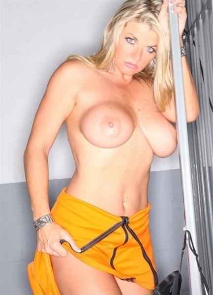 Vicky Vette Bodyshot