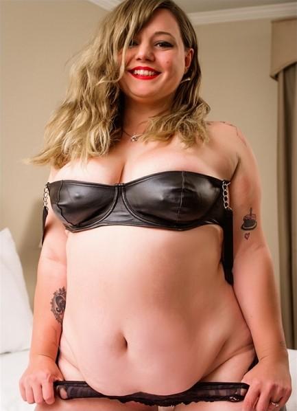Courtney Trouble Bodyshot