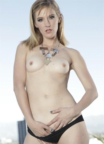 Mona Wales Bodyshot