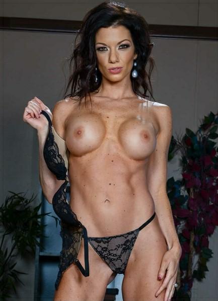 Lynn Vega Bodyshot