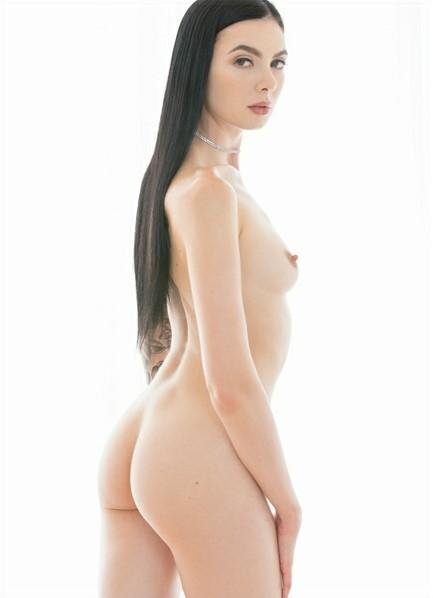 Marley Brinx Bodyshot