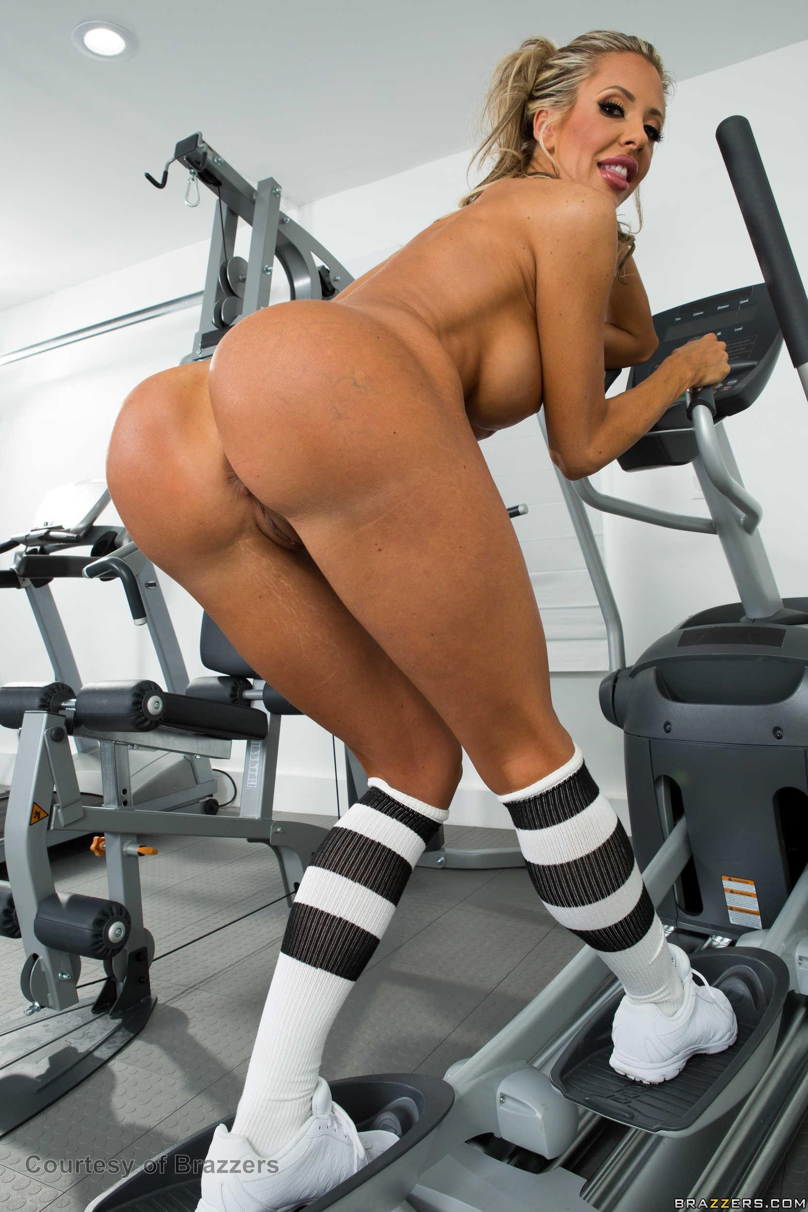 Sexy gym babe