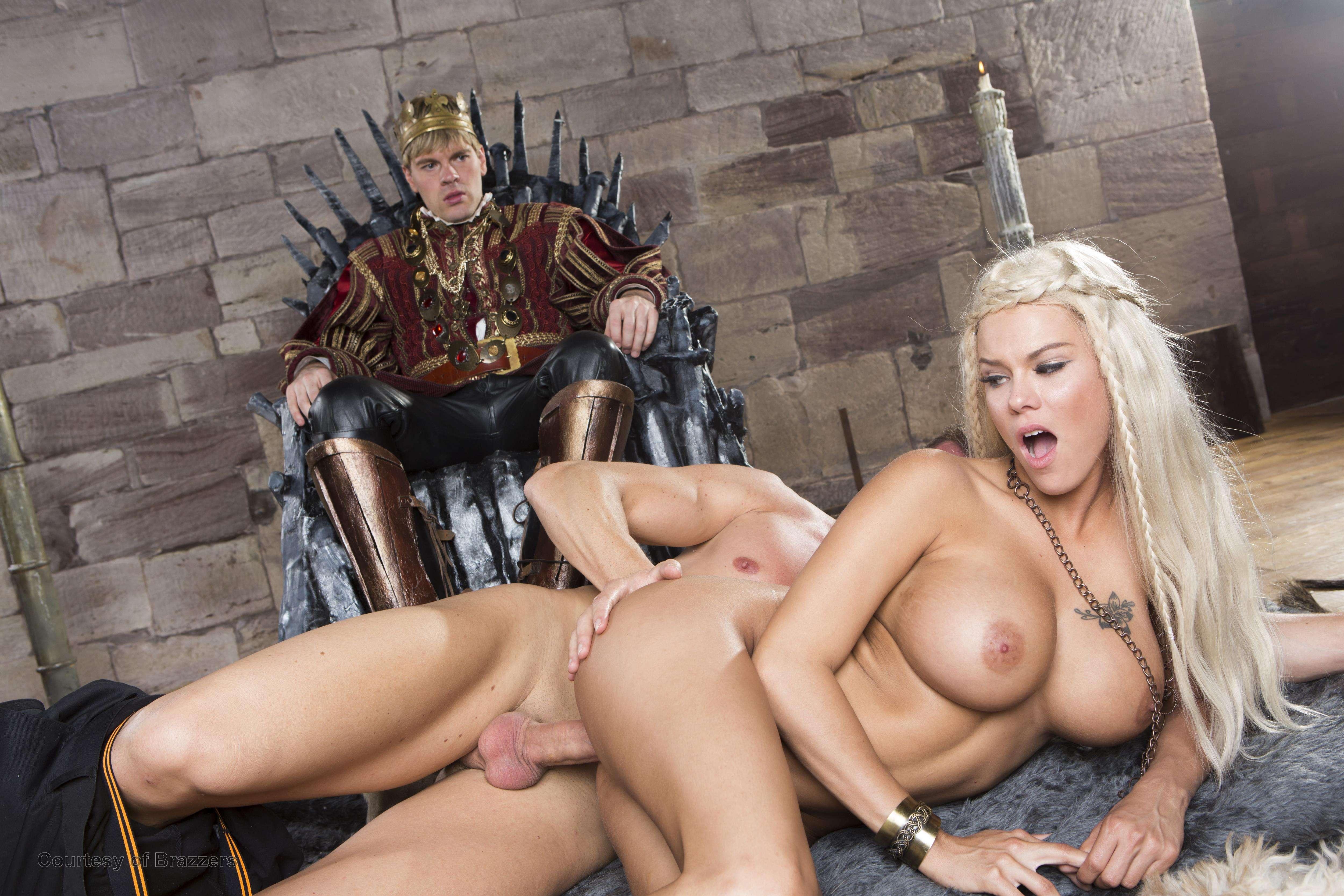 Порно фильм как свита трахает королеву — pic 6