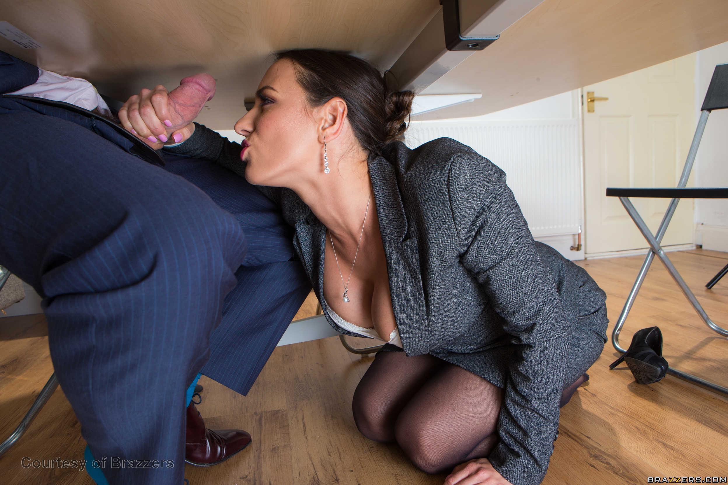 Сосет пока муж на работе порно